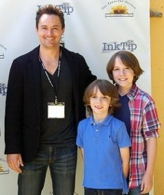 Kevin Callies and the two young actors Elijah and Micah Nelson / Image source : http://azure-lorica.com