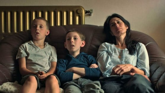 Mother (Gabriela Carrizo) and her young sons Billy (Maarten Meeusen) and Kid (Bent Simons) / Kid (2012)