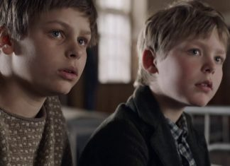 Elmer (Harald Kaiser Hermann) and his older brother Erik (Albert Rudbeck Lindhardt)